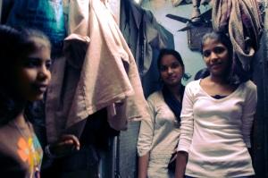 Ashun pikkusiskon synttäreillä heidän kodissaan, naapuritalon takapihalle rakennetussa lauta-teltta-majassa.