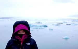 Minä Jökulsárlonin jäätikköjärvellä.