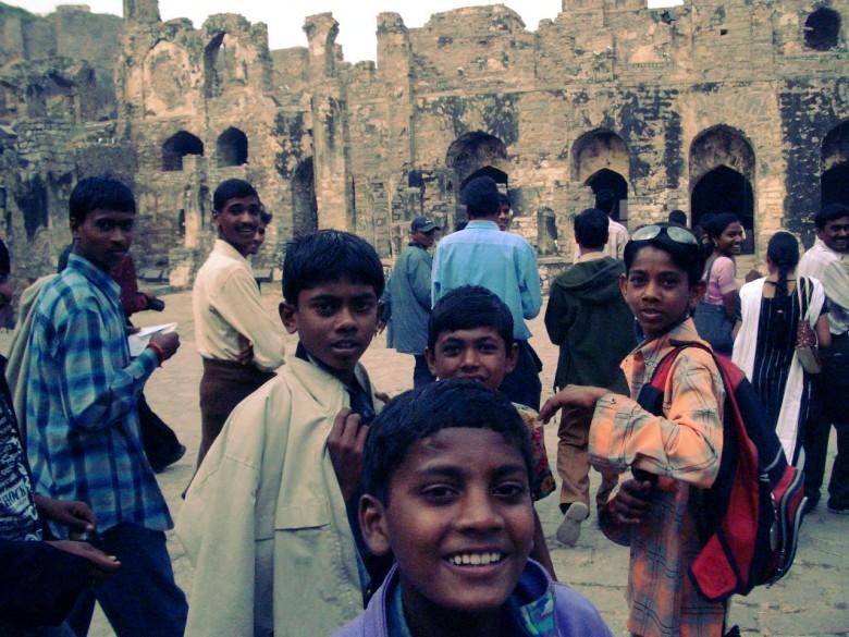 Tämä on vahvin muistoni Intiasta. KOska olin erilainen ja vaalea, kaikki halusivat koskettaa ja ottaa kanssani valokuvia. Lapsiparvet juoksivat perässä, ja äidit toivat vauvojaan äytille.
