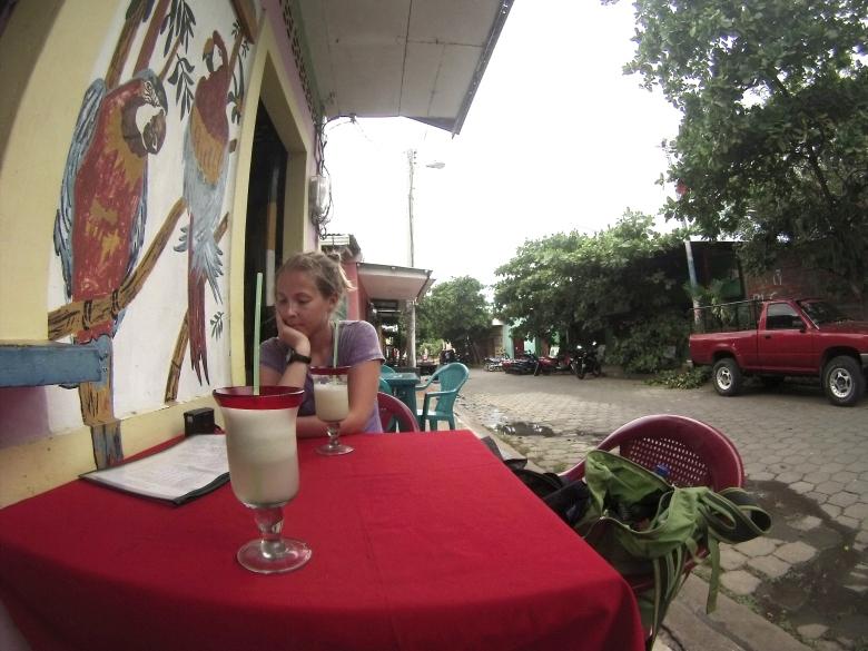 Välillä herkuteltiin. Vastatehtyä ananasmehua ruokaa odotellessa sivukujalta löytyneessä mainiossa ravintolassa, joka oli puolet halvempi kuin muut paikat Ometepellä.