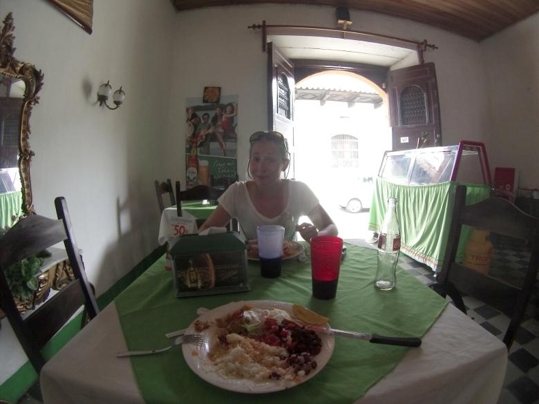 Granadassa kysyimme neuvoa paikalliselta, mistä saada myöhäinen lounas. Kolme dollaria!