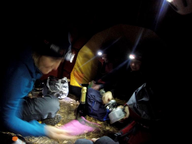 Viime perjantaina pakenimme suosiolla Valio-myrskyltä suojaan teltan eteiseen. Mikäs siellä skumppaa ja jallutotia juodessa!