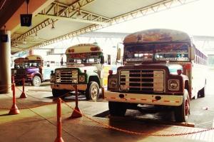 Vanhoja yhdysvaltalaisia koulubusseja uusiokäytössä Panamassa.