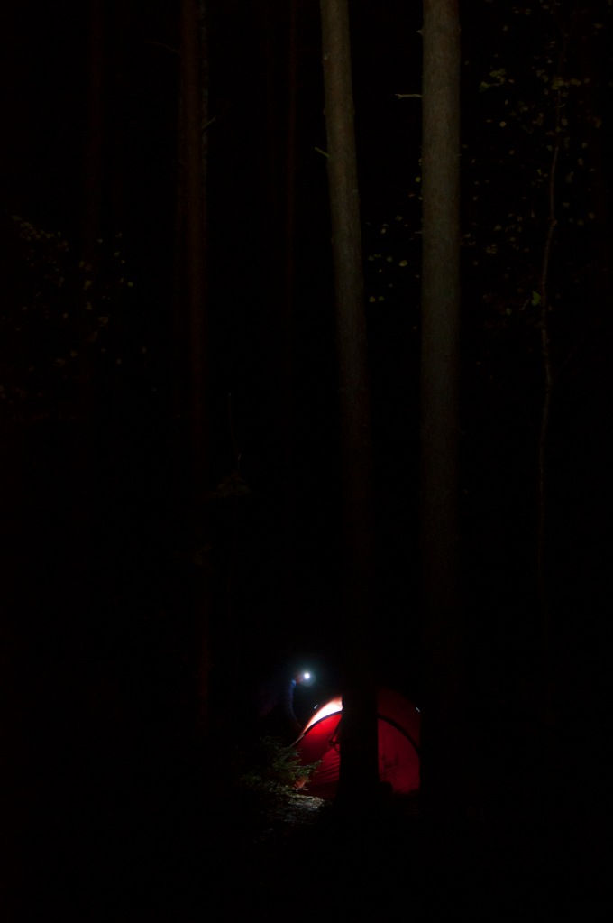 Viikonloppuretkillä perjantai näyttää yleensä tältä: Leiripaikalle on saavuttu pimeällä, ja otsalamppujen valokeilat hohkaavat teltan sisältä. On aina yhtä jännittävää odottaa päivänvaloa, ja nähdä, millaisessa paikassa sitä ollaankaan!
