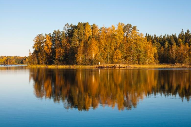 Aamuyöllä tuuli tyyntyi. Savilahden leiripaikka Liesjärven kansallispuistossa näytti parhaat puolensa syysauringossa.