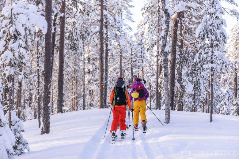 laskijat hiihtamassa kohti karhunjuomalampea