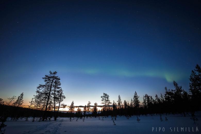 Auringonlasku ja revontulet Urho Kekkosen kansallispuistossa